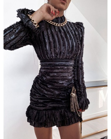 Czarna sukienka ze strzępieniem