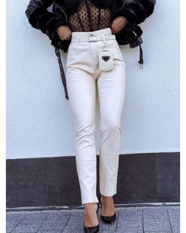 Damskie spodnie z eko skóry z paskiem beżowe