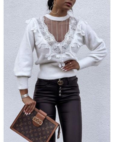 Puszysty sweter zdobiony haftem biały