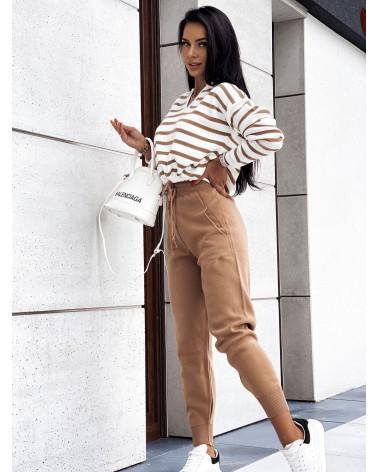 Komplet sweterkowy ze spodniami w paski beżowy