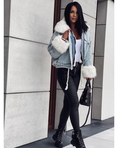 Jasna jeansowa kurtka z białym futerkiem błękitna