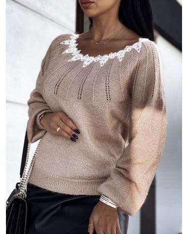Błyszczący sweter z koronką przy dekolcie beżowy