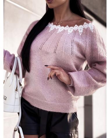 Błyszczący sweter z koronką przy dekolcie pudrowy