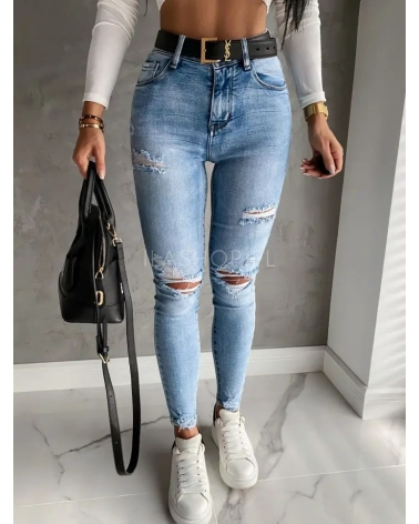 jasnoniebieskie spodnie z dziurami